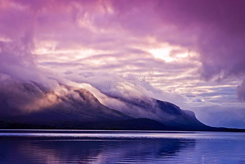 Landschap met bergen en wolken stock foto's