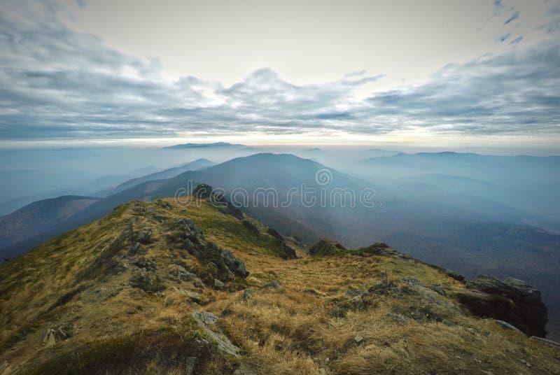 Landschap met bergen en wolken op hemel royalty-vrije stock foto's