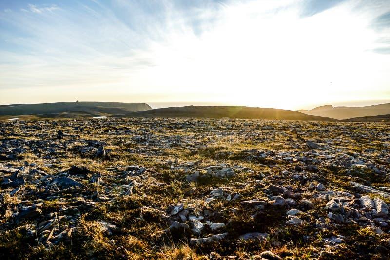 landschap met bergen en wolken, in van Noord- Noorwegen Scandinavië Europa royalty-vrije stock fotografie