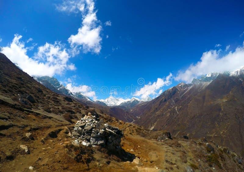 Landschap met blauwe hemel en bergen, trek aan Everest-basiskamp royalty-vrije stock foto's