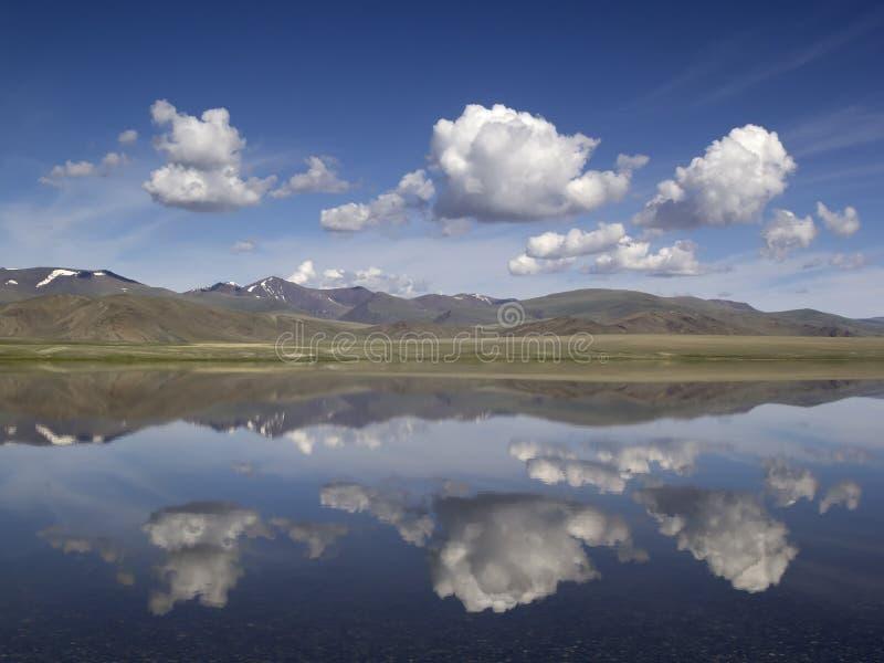 Landschap met blauwe hemel, wit wolken en bergmeer Mongoli royalty-vrije stock fotografie