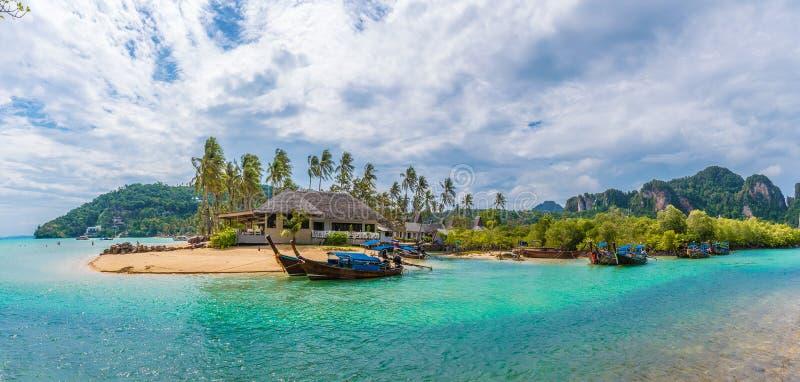 Landschap met de exotische Baai van de bedelaarskao van strandloh in Phi Phi-eiland, Krabi-Provincie, Andaman-Overzees, Thailand stock afbeelding