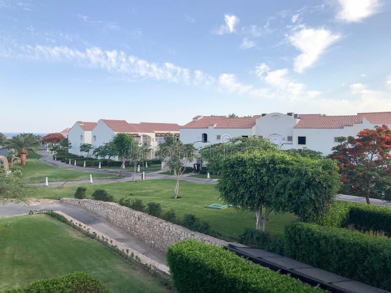 Landschap met de hoogten Arabische Moslim witte vergoelijkte steengebouwen, plattelandshuisjes, huizen met rode tegelkreken tegen royalty-vrije stock afbeeldingen