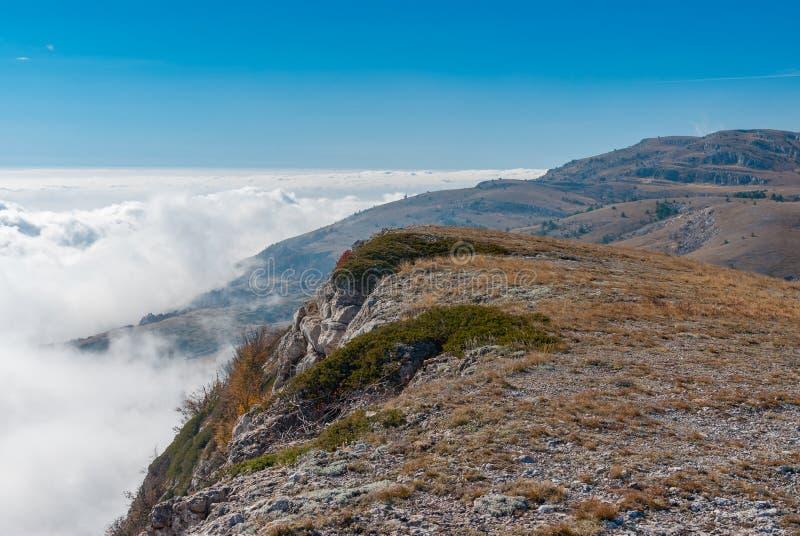 Landschap met de natuurlijke die reserve van Babuhan Yaila met deken van mist van de Zwarte Zee in Krimschiereiland het gevolg is stock afbeeldingen