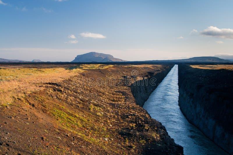 Landschap met een berg en een kunstmatig kanaal stock foto's