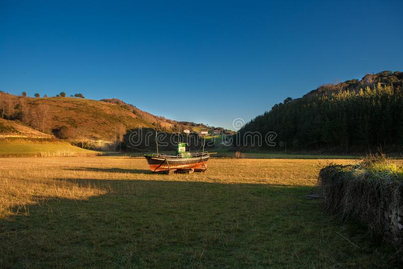 Landschap met een boot gezet in een weide, Baskisch Land stock foto's
