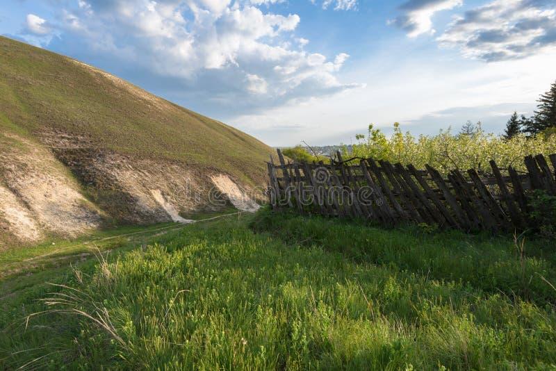 Landschap met een groene heuvel royalty-vrije stock afbeelding