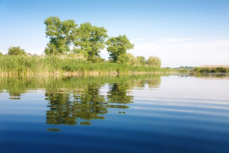 Landschap met een meer royalty-vrije stock afbeeldingen