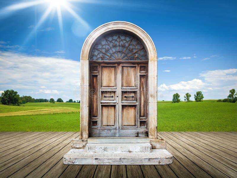 Landschap met een oude deur royalty-vrije stock fotografie