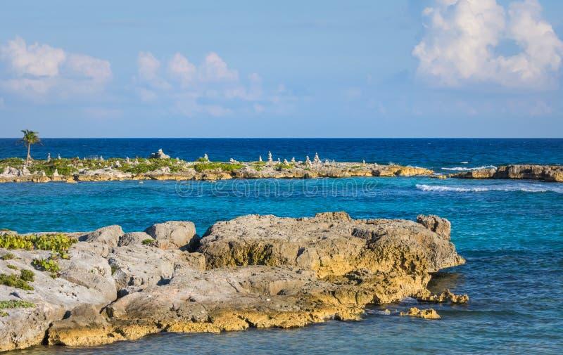 Landschap met evenwichtige rotsen, stenen op een rotsachtige koraalpijler Turkoois blauw Caraïbisch zeewater Riviera Maya, Cancun stock fotografie