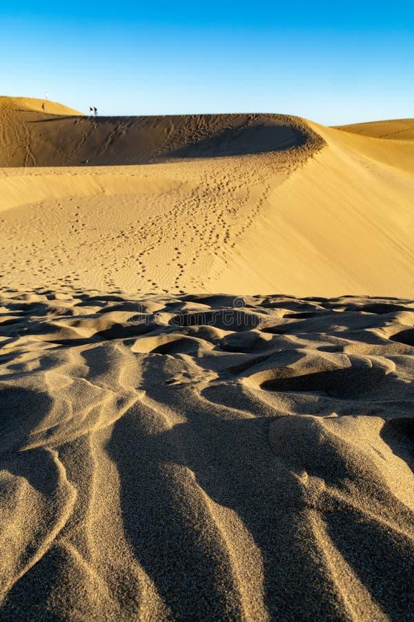 Landschap met gele zandige duinen van Maspalomas en de blauwe Atlantische Oceaan, Gran Canaria, Spanje stock foto