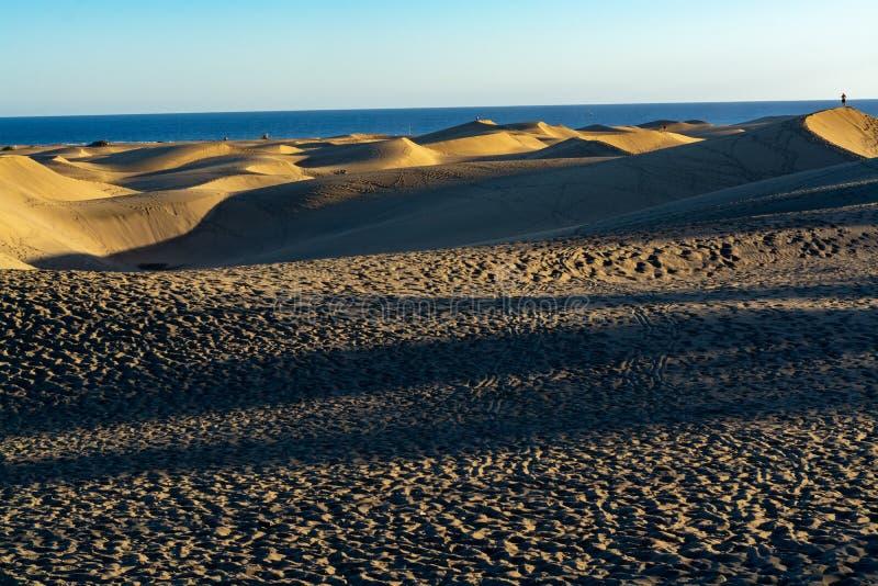 Landschap met gele zandige duinen van Maspalomas en de blauwe Atlantische Oceaan, Gran Canaria, Spanje royalty-vrije stock afbeelding