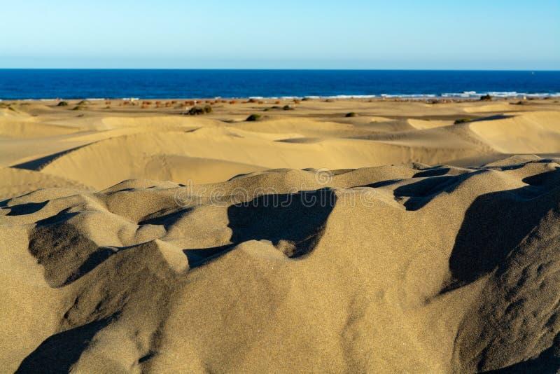 Landschap met gele zandige duinen van Maspalomas en de blauwe Atlantische Oceaan, Gran Canaria, Spanje royalty-vrije stock foto's