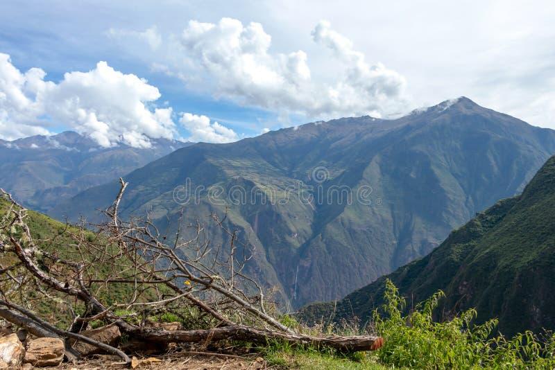 Landschap met groene diepe vallei, Apurimac-Riviercanion, de Peruviaanse bergen van de Andes bij Choquequirao-trek in Peru stock fotografie