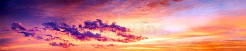 Landschap met hemel, wolken en zonsopgang een panorama royalty-vrije stock foto's
