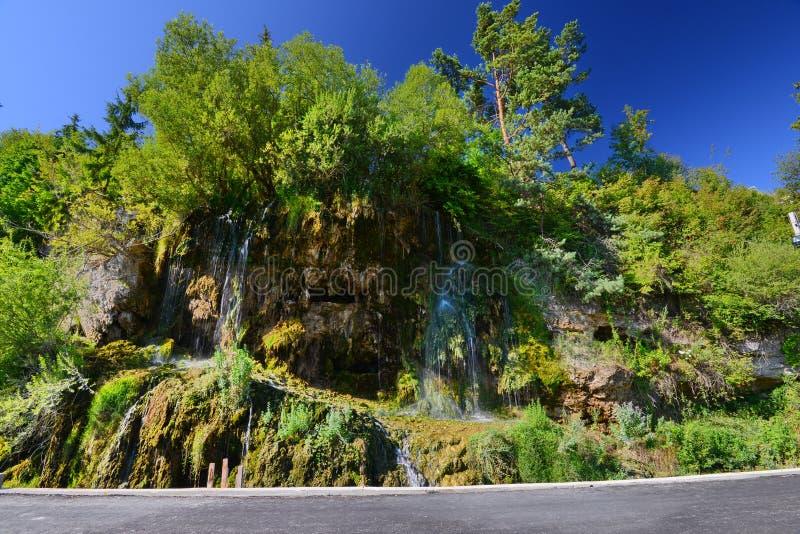 Landschap met hoogtepunt - mening van de thermische waterval van Toplita stock fotografie