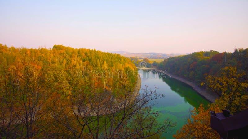 landschap met huizen en bomen    Een mooi schot van een dorp op de rivier 2018 POLEN stock afbeeldingen