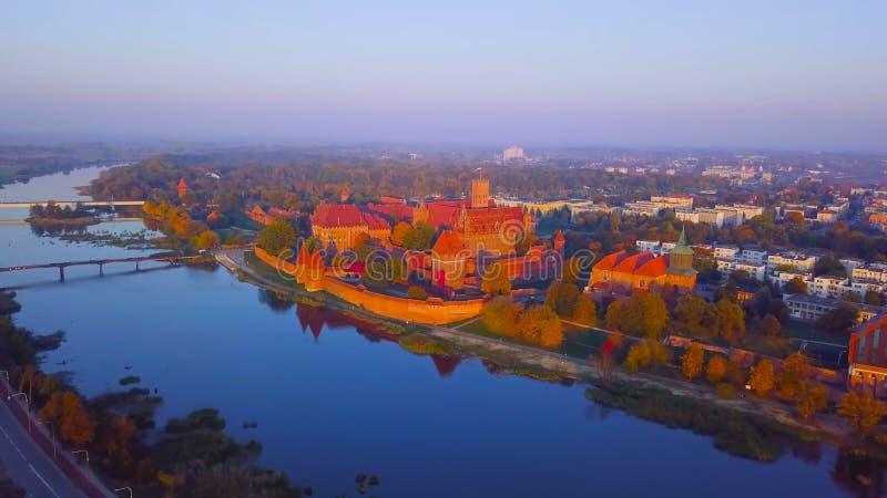 Landschap met huizen en bomen/met rivierwater en een regenboog 1 2019 POLEN royalty-vrije stock foto's