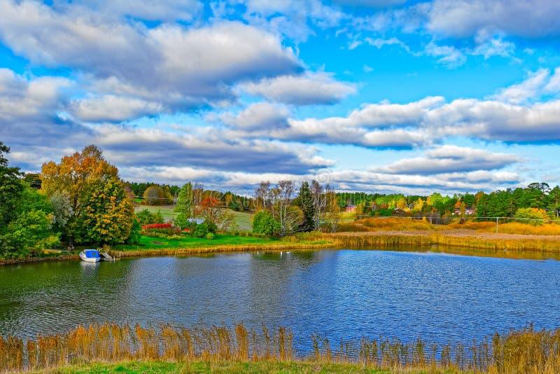 Landschap met landbouwbedrijf en weiland royalty-vrije stock fotografie