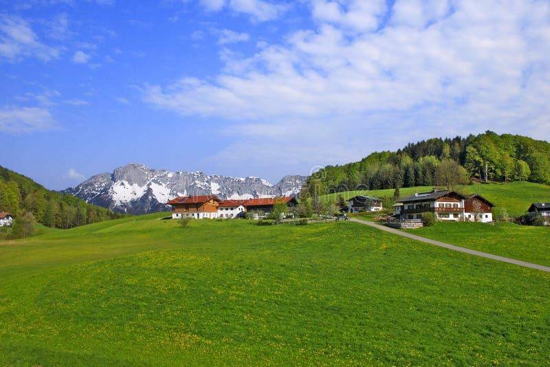 Landschap met landbouwershuizen royalty-vrije stock afbeeldingen