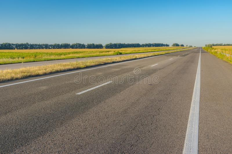 Landschap met lege weg dnipro-Kharkiv in de centrale Oekraïne stock fotografie