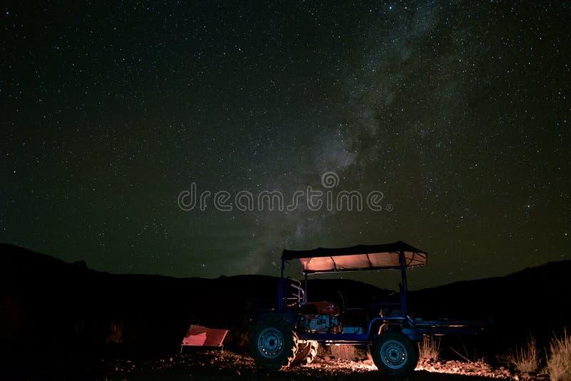 Landschap met Melkachtige manier en Ster bij nacht in platteland met t stock afbeeldingen