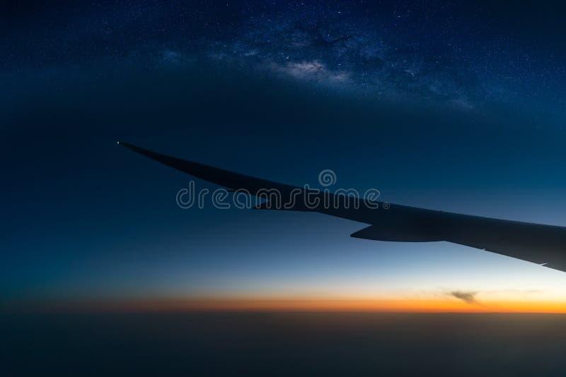 Landschap met Melkachtige maniermelkweg Nachthemel met zonsopgang en silh stock foto's