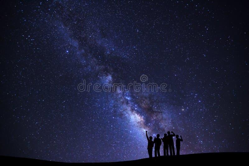 Landschap met melkachtige maniermelkweg, Sterrige nachthemel met sterren en stock fotografie