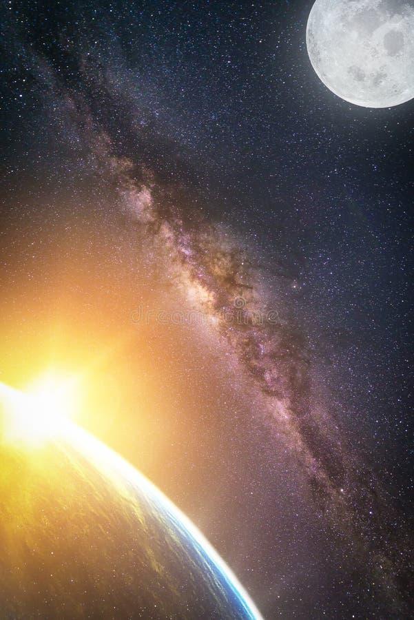 Landschap met Melkachtige maniermelkweg Zonsopgang en Aarde royalty-vrije stock fotografie