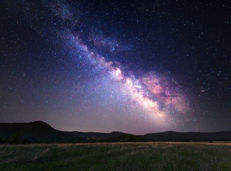 Landschap met Melkweg Nachthemel met sterren bij bergen stock afbeeldingen