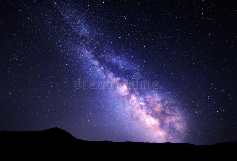 Landschap met Melkweg Nachthemel met sterren bij bergen stock foto's