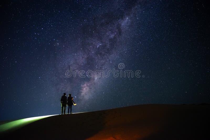 Landschap met Melkweg Nachthemel met sterren en silhouet van stock afbeeldingen