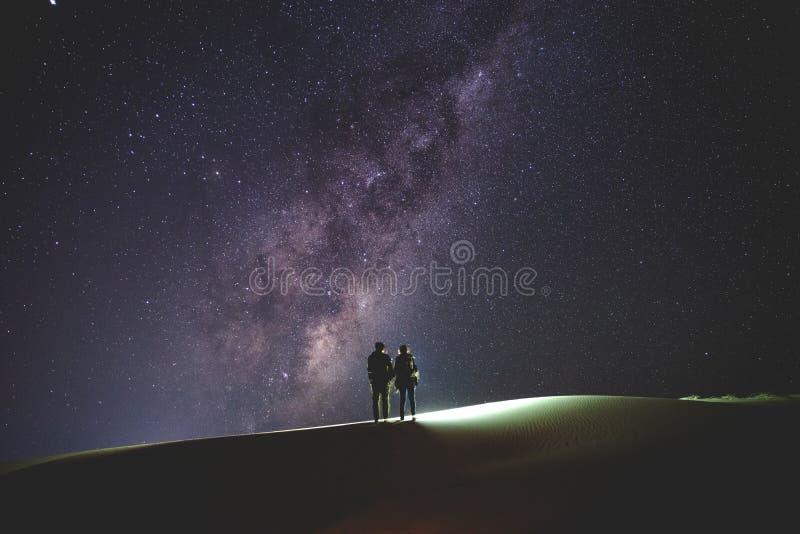 Landschap met Melkweg Nachthemel met sterren en silhouet van royalty-vrije stock afbeelding