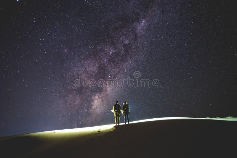 Landschap met Melkweg Nachthemel met sterren en silhouet van stock afbeelding