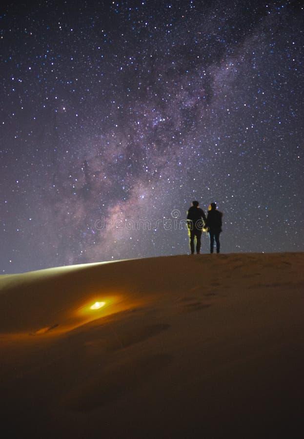 Landschap met Melkweg Nachthemel met sterren en silhouet van stock foto's