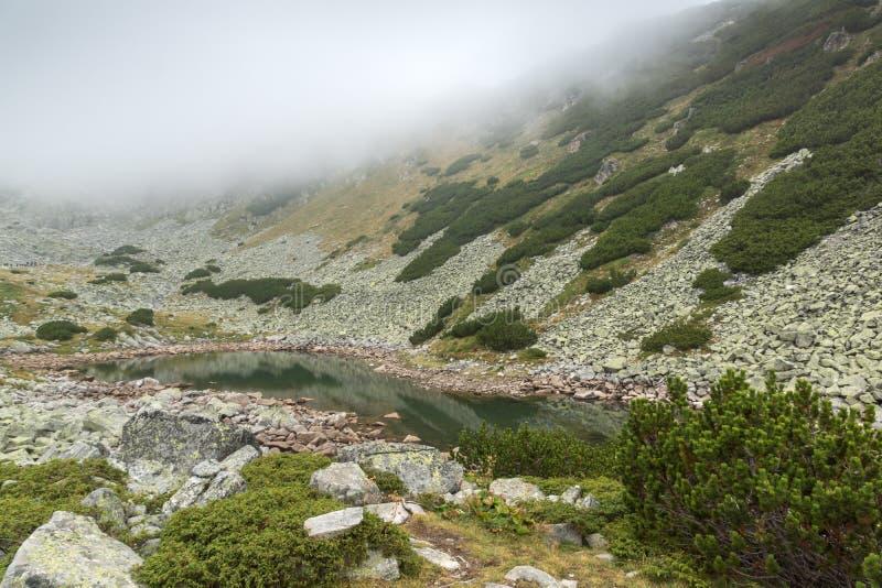 Landschap met mist over Musalenski-meren, Rila-berg, Bulgarije royalty-vrije stock afbeeldingen