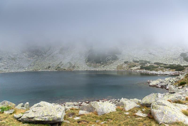Landschap met mist over Musalenski-meren, Rila-berg, Bulgarije stock foto