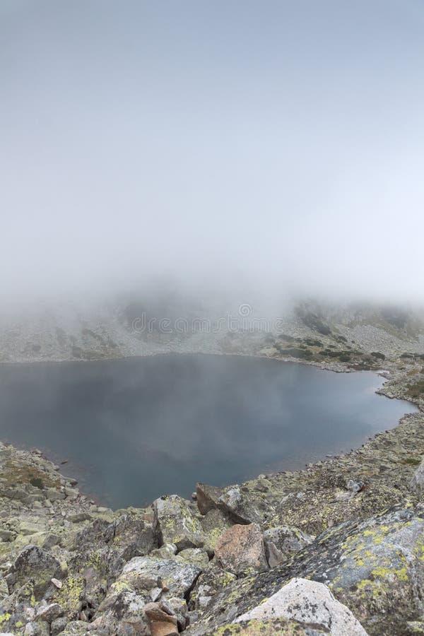 Landschap met mist over Musalenski-meren, Rila-berg, Bulgarije royalty-vrije stock afbeelding