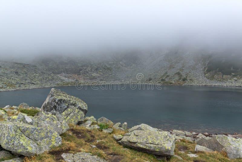 Landschap met mist over Musalenski-meren, Rila-berg, Bulgarije royalty-vrije stock fotografie