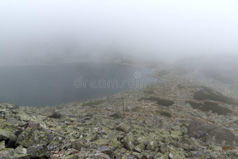 Landschap met mist over Musalenski-meren, Rila-berg, Bulgarije royalty-vrije stock foto's