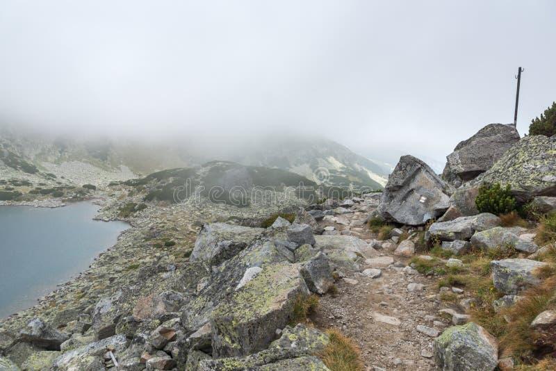Landschap met mist over Musalenski-meren, Rila-berg, Bulgarije stock afbeelding