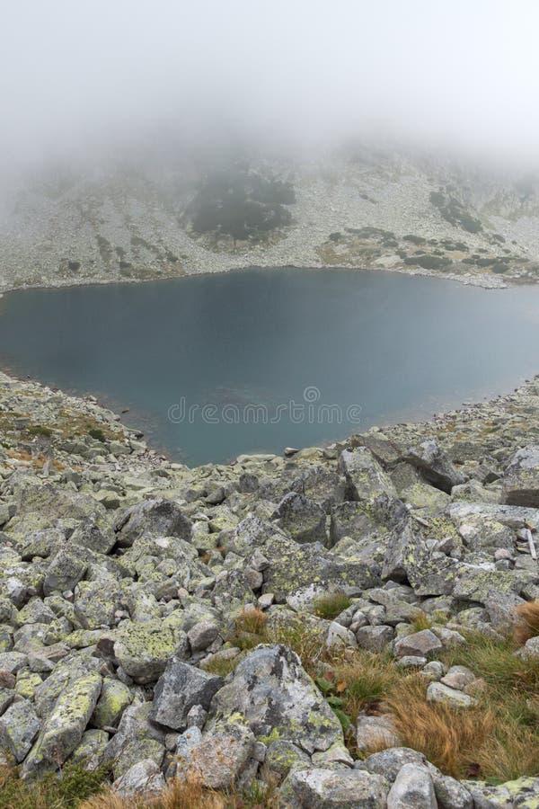 Landschap met mist over Musalenski-meren, Rila-berg, Bulgarije stock fotografie