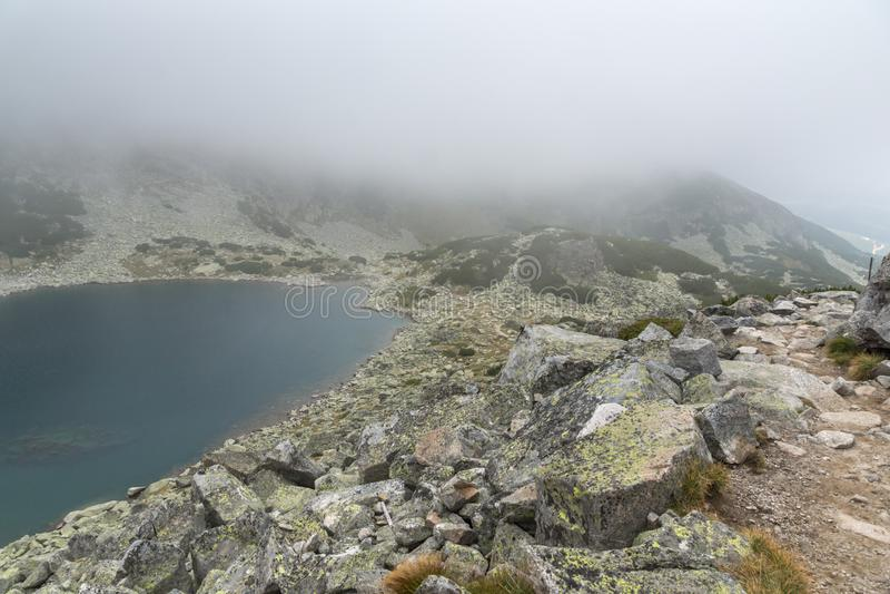 Landschap met mist over Musalenski-meren, Rila-berg, Bulgarije stock afbeeldingen