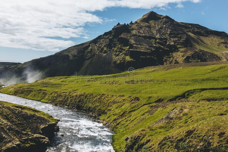 landschap met mooie Skoga-rivier en berg onder blauwe hemel royalty-vrije stock afbeelding
