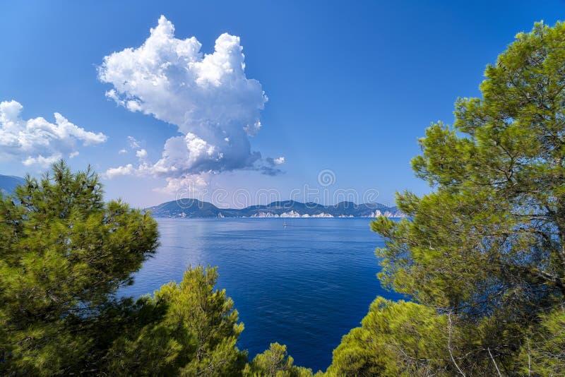 Landschap met oceaan en dramatische wolken stock afbeeldingen