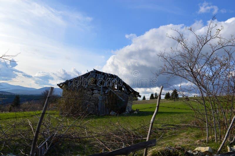 Landschap met oude cabine stock fotografie