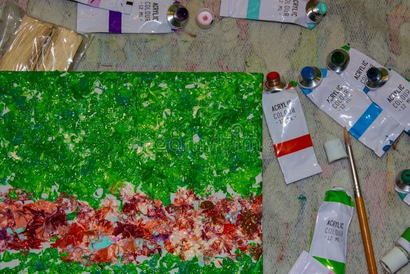 Landschap met rivier en bos Het kunstenaars` s werk met canvasverven en borstels Achtergrond stock afbeeldingen