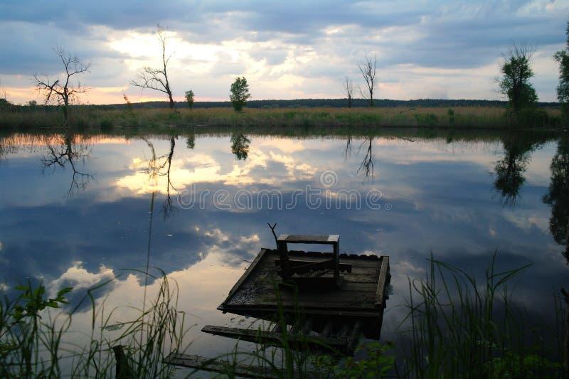 Landschap met rivier in vroege avondtijd royalty-vrije stock foto's