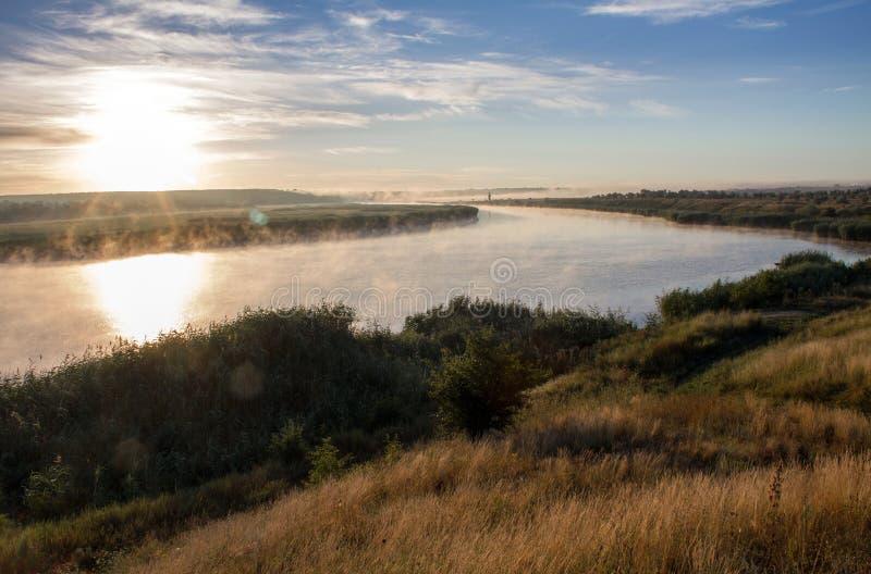 Landschap met rokende rivier bij zonsopgang stock afbeelding