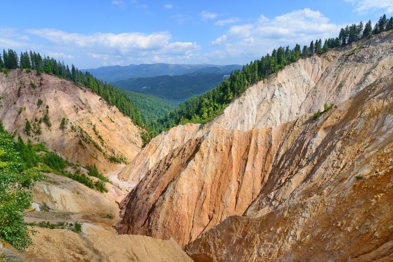 Landschap met Ruginoasa-Gat (Groapa Ruginoasa in Roemeen, Apuseni-Bergen, Roemenië) royalty-vrije stock foto's